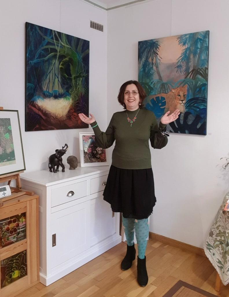 L'artiste peintre Valérie Auriel devant deux de ses peintures